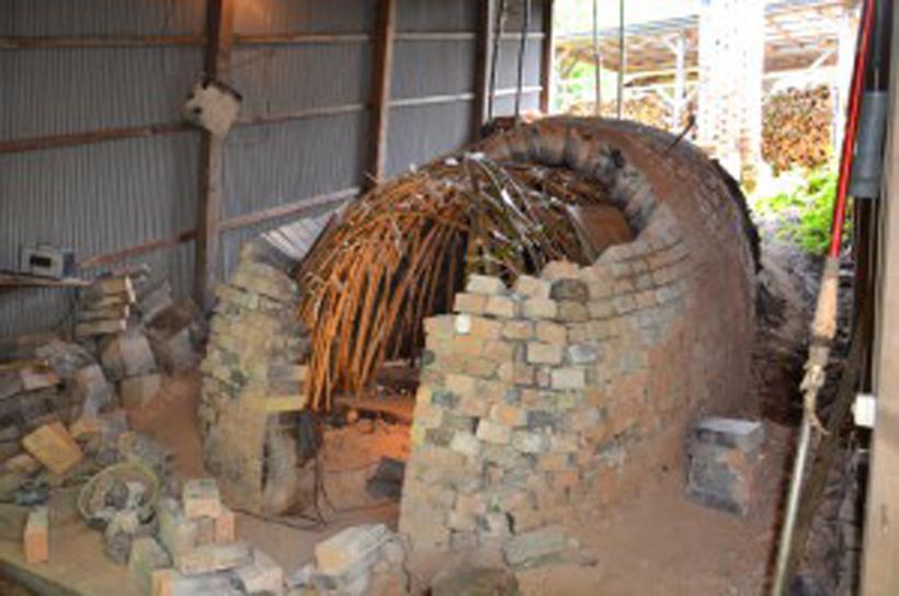*9月の窯焚きに向けて修理中の穴窯(7月末撮影)
