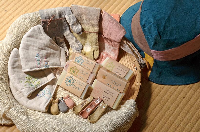 *絹の七重マスク 3,200円、絹べんがら染めの手袋、靴下 各1,300円、帽子 4,200円、手づくり石けん 850円、スプーン、箸置き 各375円(各税込)