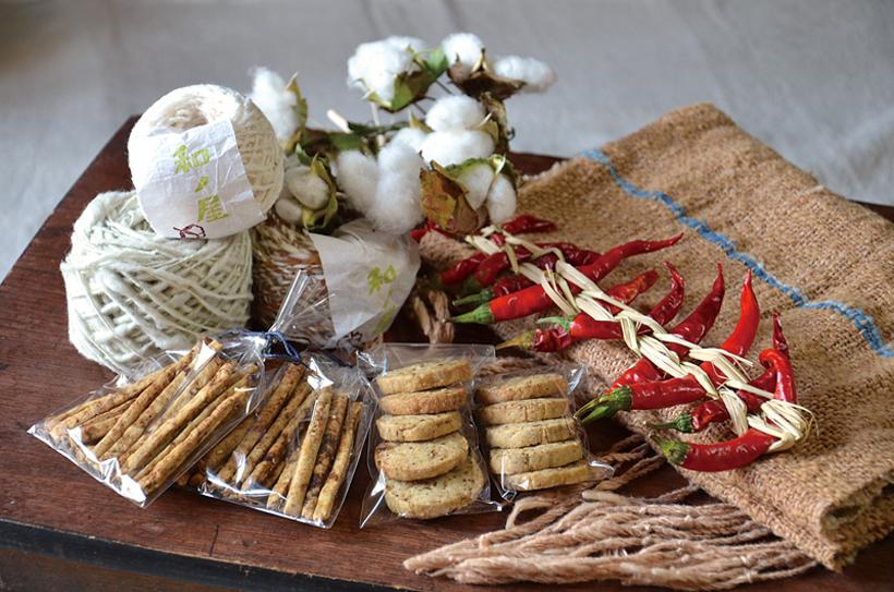 *手前左より:酒粕クラッカー、もろみクッキー、とうがらし 奥:手紡ぎの綿糸とストール