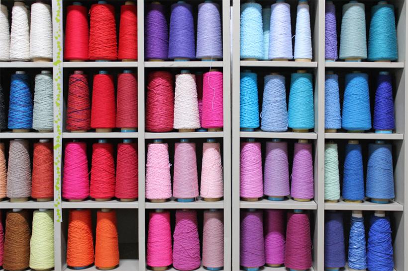 *アトリエに並ぶ沢山の糸。好きな色や素材を選んで織れる