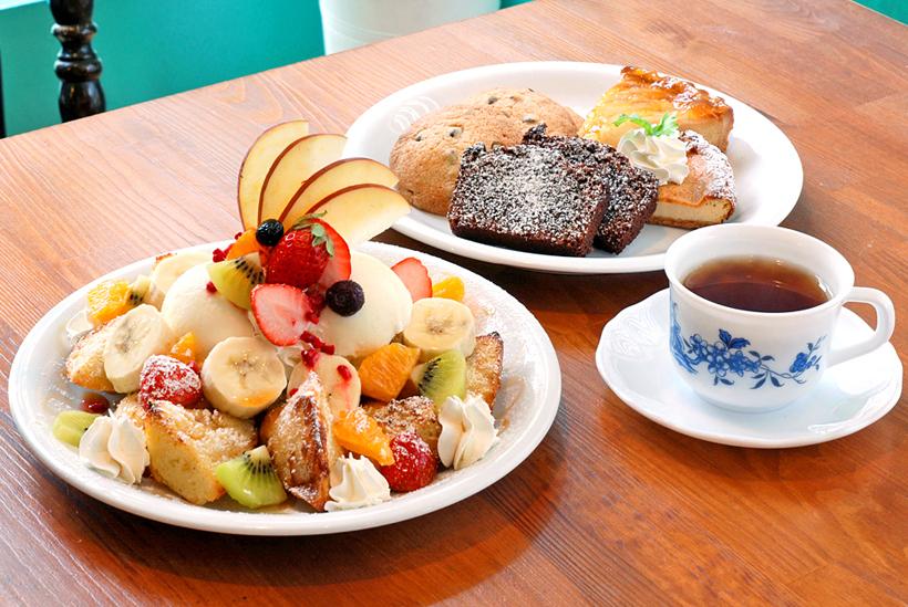 *左:季節のフルーツフレンチベーグル ハーフ800円、レギュラー1,500円(税込)※写真はレギュラー奥:Motto製菓の焼き菓子各種