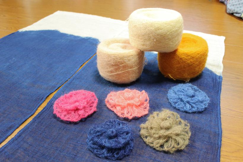 *草木染めの毛糸(120g) 3,000円、 コサージュ 500円