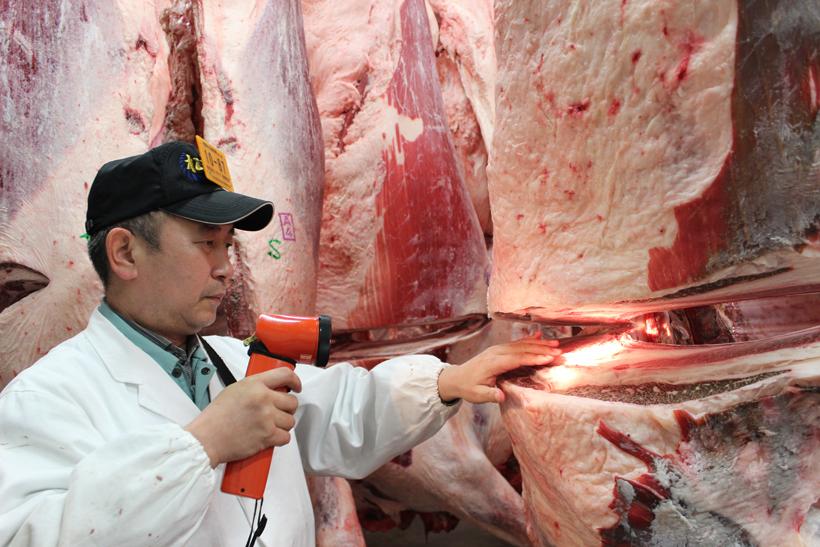 *和牛専門卸の宮澤さん 38年間たくさんの肉を見極めてきた経験を活かし、美味しく、安心して食べてもらえる秘訣を考案、アドバイスしている。16年前、宮澤さんのアドバイスが増田和牛を育てるきっかけとなった。