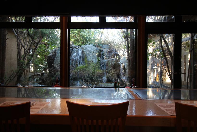 *中庭の滝を眺めながら極上のひと時を