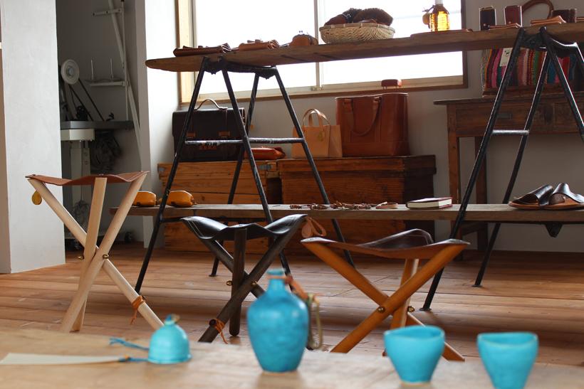 *店舗兼工房内には自社製品のほかにnobuyuki HAGIWARAの陶器や藤田商店の真鍮のアクセサリーなども並ぶ
