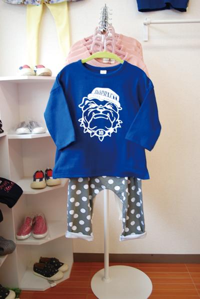*犬のTシャツ2,590円(税込)ドット柄パンツ2,390円(税込)