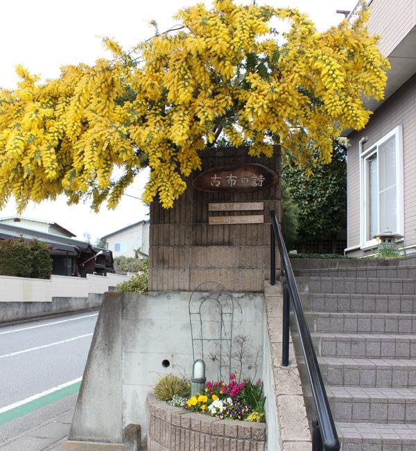 *教室入口。庭には四季折々の花が出迎える