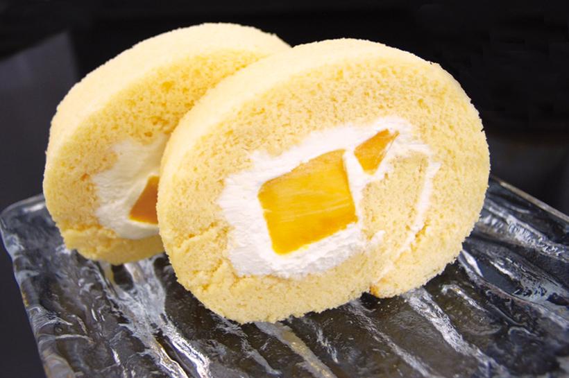 *マンゴー生ロールケーキ  1本1,580円(税込)/ハーフ 820円(税込)