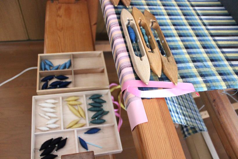 *格子模様の手織り作業