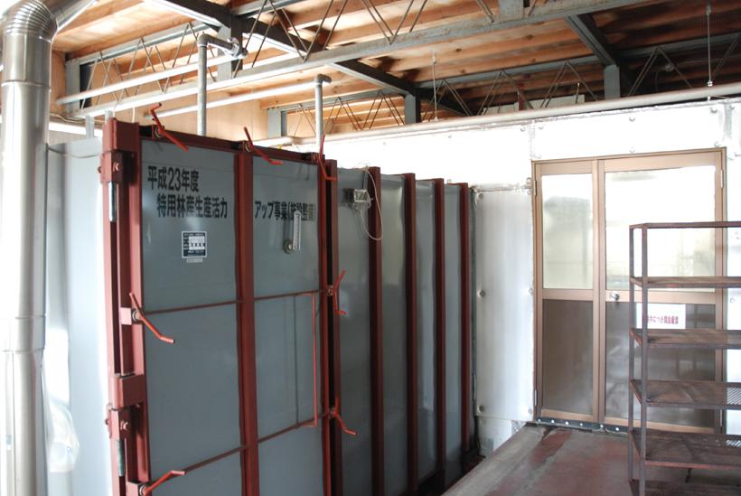 *高温蒸気釜と無菌室 培地の殺菌と種菌の接種をここで行う