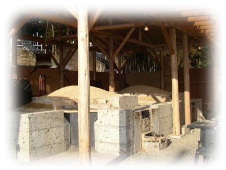 *天然の大谷石造りの窯 燃料にはガスや石油、木を使わず竹のみで丹念に焼き上げている