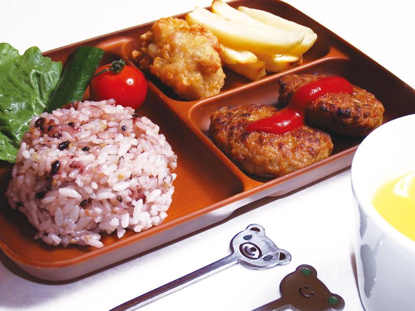 *ハンバーグ、唐揚げなど、子どもの好きなものが 詰まったキッズプレート500円(税別)。