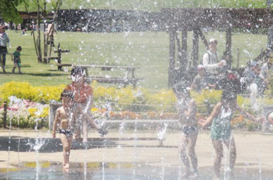 *暖かい時期(4月中旬〜10月末頃)は噴水広場で水遊びを楽しむこともできる。