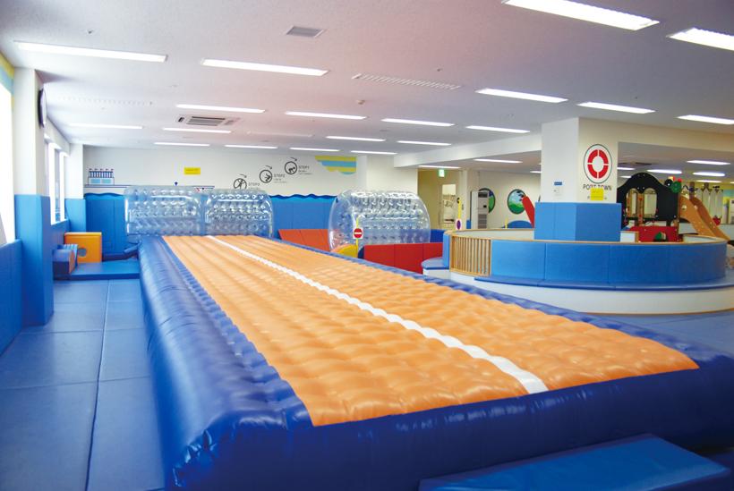 *ポートタウンジム(プレイルーム内) おもいっきり体遊びを楽しむゾーン (ボールプール、エアトラック、ソフトブロック、サイバーホイール)