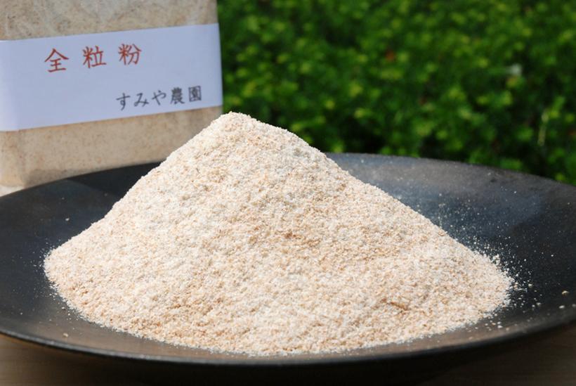 *小麦粉 全粒粉1袋300g 400円(税込)  販売時期…通年 食べ方…パン、焼き菓子に 栄養…炭水化物、たんぱく質等