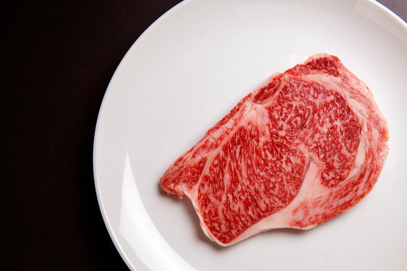 *サーロイン 300g  ※個体により値段の変動あり 食べ方…ステーキ 栄養…たんぱく質、ビタミンB2等 販売…通年、ヒレや肩ロースなども ※部位によっては売切れの場合あり