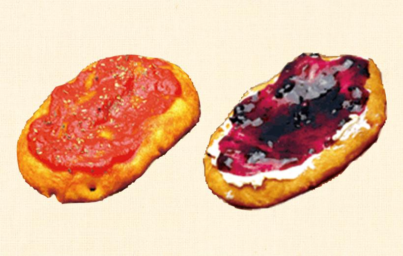 *様々な種類の「星の家のパン」 特製トマトソース240円(左)、クリームチーズ&ブルーベリー220円(右)テイクアウトも可。