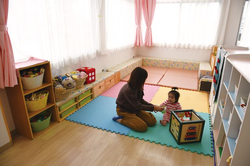 *乳幼児親子の遊び場 小さい子がハイハイしたり、おままごとや手作りの おもちゃで遊べます。