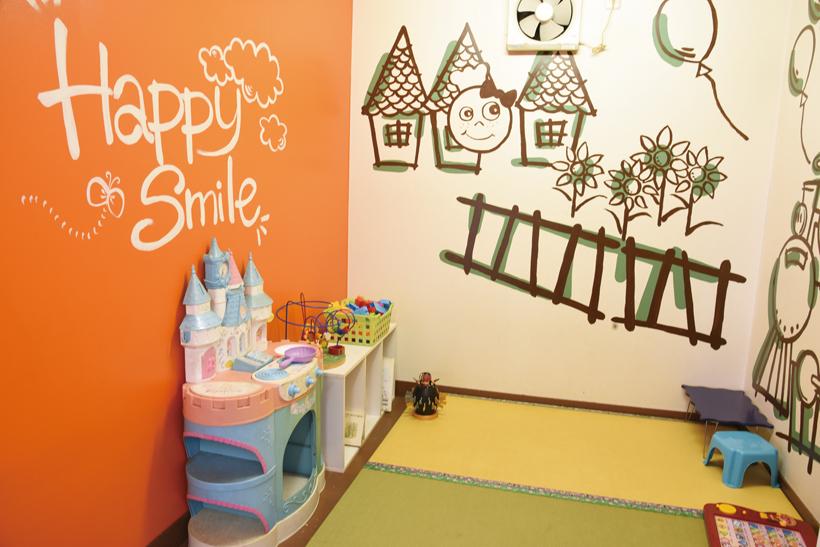 *壁のかわいいイラストが目を引く明るい雰囲気のキッズスペース。 おもちゃや絵本、DVDが充実。