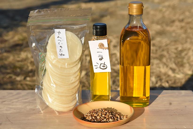 *石釜で焙煎した大麦の麦茶や、ごま油、菜種油などを販売中。自分で焼いて楽しめるせんべいのたねなども(現在生産の都合上販売時期未定)