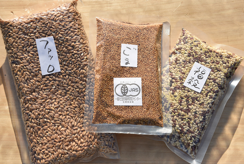 *左から古代小麦、ごま、7種の穀物をブレンドした福穀