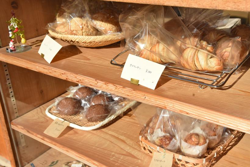*開店と同時に並ぶ焼き立てのパン