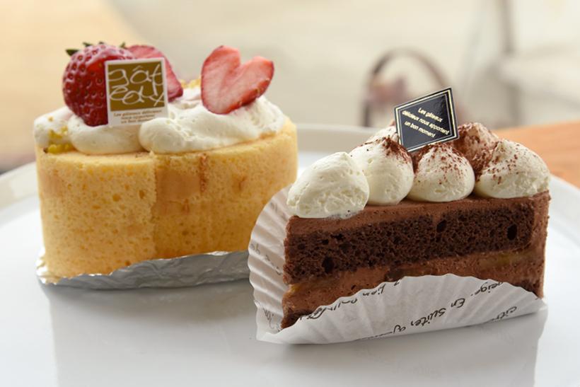 *左から軽い口どけの生クリームをたっぷり使った「スフレロールケーキ」、バナナとチョコムースが絶妙な「バナーヌショコラ」