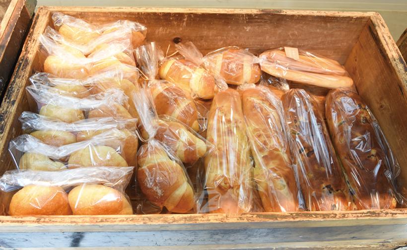 *お客さんがパンを選ぶとあらかじめ袋詰めされているパンをつめてくれる