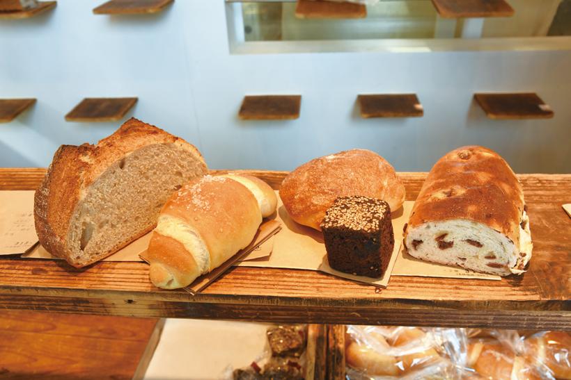 *カンパーニュ、塩パン、チャバタ、黒みつパン、レーズンパンなど約10種類のパンが並ぶ