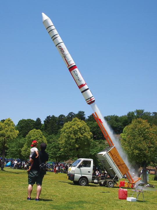 *大型ペットボトルロケットの打ち上げ