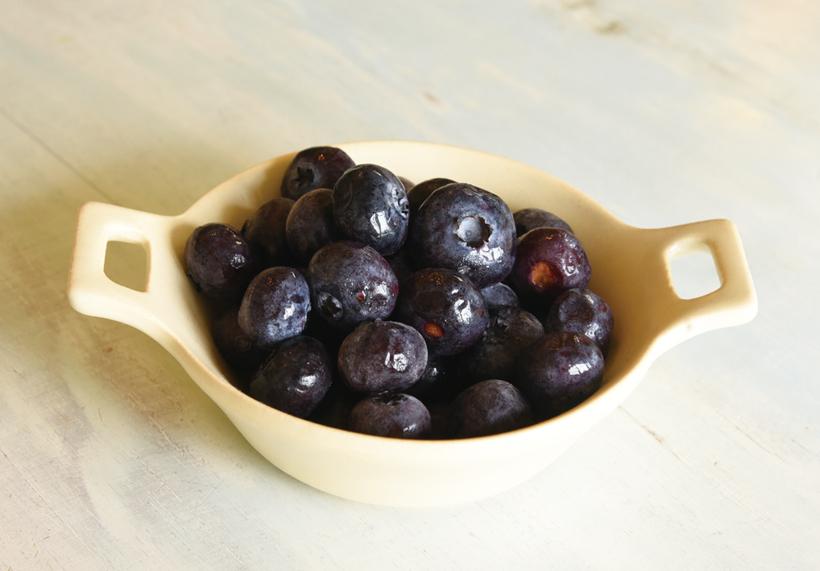*ブルーベリー  販売時期…7月上旬〜8月上旬頃 食べ方…摘みたてをそのまま 栄養…カリウム、ビタミンC、カルシウム、マグネシウム ※写真は収穫したブルーベリーを冷凍したものです