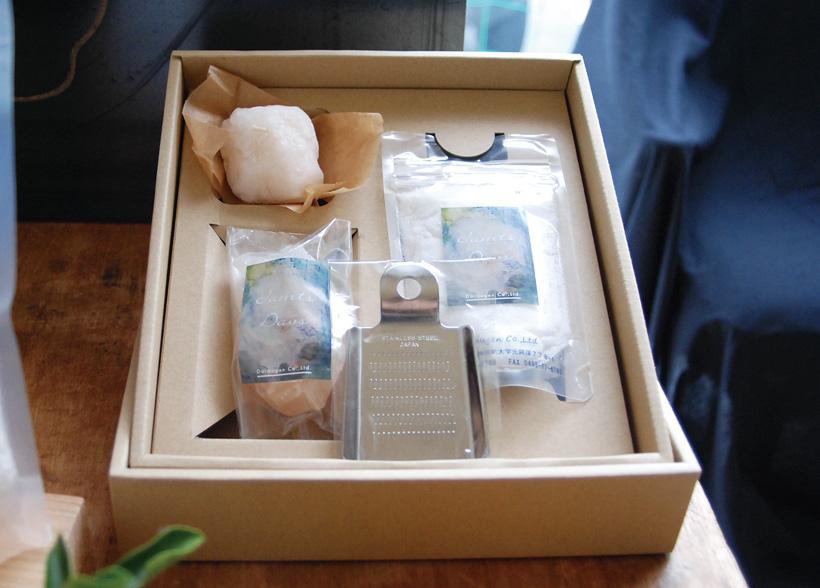 *モンゴル岩塩粉末タイプ、ブロックタイプ(おろし金付き)、 岩塩入りキャンドルがセットになったギフトボックス
