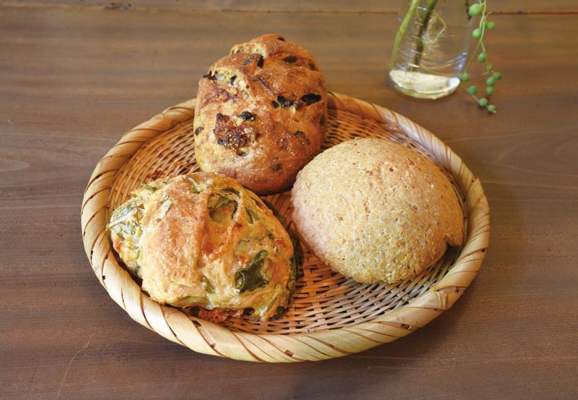 *畑の野菜のリュスティック、田舎パン(フルーツ&くるみ)、地粉のめろんぱん